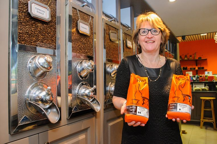 Lutgarde Paeps, zaakvoerster van Koffiebranderij ROM uit Boortmeerbeek, met haar twee erkende producten.