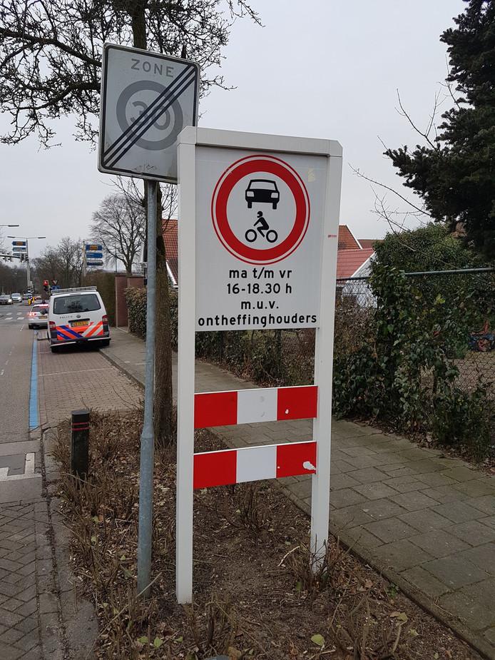 De politie controleert de afsluiting van de Spoorbaanweg in Rhenen.