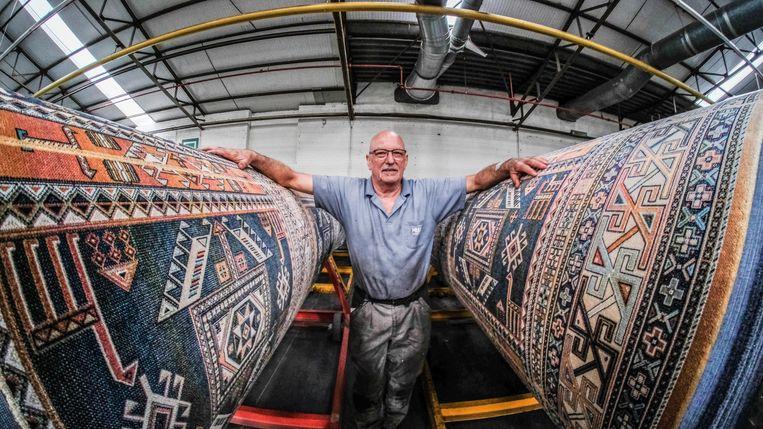 Norbert, tussen enkele geschoren tapijten bij Finipur.