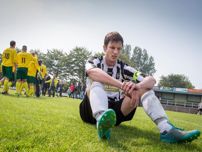 Veere-aanvoerder Ruben de Looff treurt na de degradatie tegen Colijnsplaatse Boys. Dat gebeurde in 2016 na een dubbele ontmoeting; die zijn nu van de agenda gehaald.