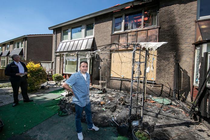 Halis Kiziler in de voortuin van zijn afgebrande woning.