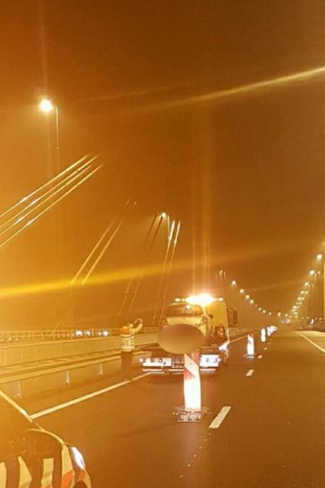 Beschonken bestuurder (22) rijdt auto total loss op brug bij Ewijk