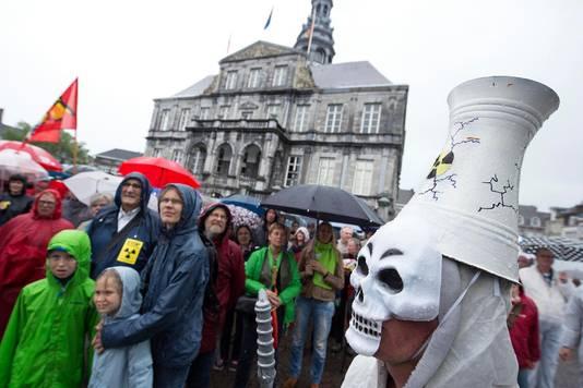 Demonstranten tijdens een demonstratie tegen de Belgische kerncentrales in Tihange en Doel. GroenLinks Maastricht en het Milieu Front Eijsden namen het initiatief en werden ondersteund door alle Maastrichtse politieke partijen