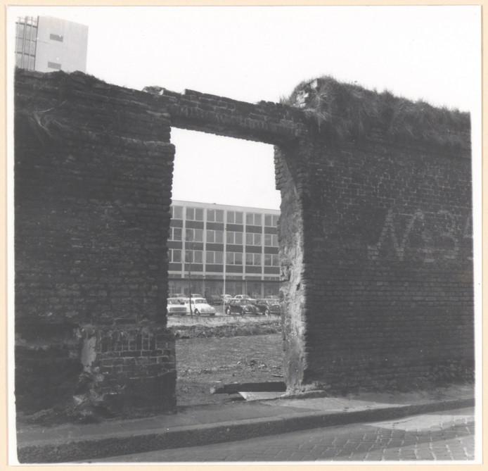Door een restant van de oude stadsmuur aan de Boogjes is het Stadskantoor te zien.