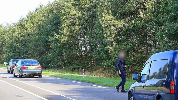 De politie heeft dinsdagochtend op de N279 tussen Asten en Deurne een verwarde man van de weg geplukt.