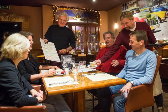 De Bredase ondernemer Jez Looman (staand links) blies Grand Café Klaerenbeek medio vorig jaar nieuw leven in, maar dinsdag is de zaak failliet verklaard.
