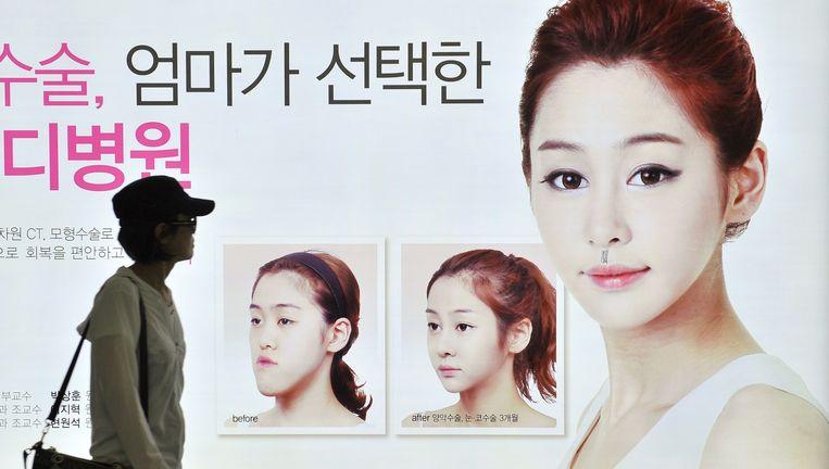 Een affiche voor plastische chirurgie in Seoul. Beeld afp