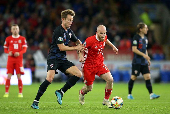 Met Ivan Rakitic (links) kwam Kroatië in de vorige wedstrijd niet voorbij Wales: 1-1. Nu moet zijn land het zonder de Barcelona-middenvelder stellen in het beslissende kwalificatieduel met Slowakije.