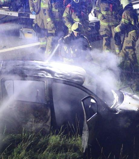 Ernstig ongeval op A50 in Herpen, auto volledig afgebrand