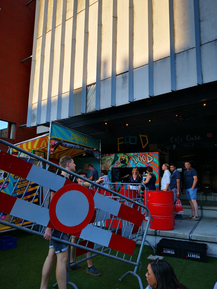 Bij Gigant in Apeldoorn kwam vanavond een gevelplaat naar beneden tijdens het zomerfestival StadsOase.