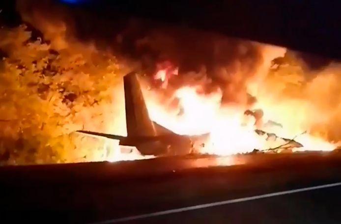 De Antonov AN-26 stortte neer bij het naderen van de landingsbaan en vloog in brand.