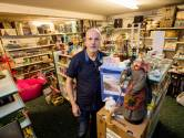 Johan van Wezel, winkelier te Moergestel drukt honderd mondkapjes achterover: 'En vanmiddag komt de gel'