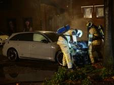 Buurtbewoner in Bunschoten krijgt autobrand niet geblust, brandweer schiet te hulp