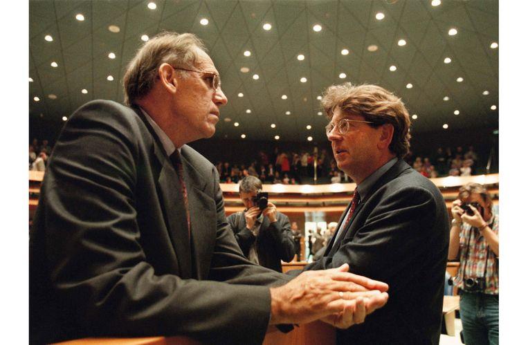 1996. Wallage met minister Hans Dijkstal (VVD) in de Tweede Kamer Beeld ANP
