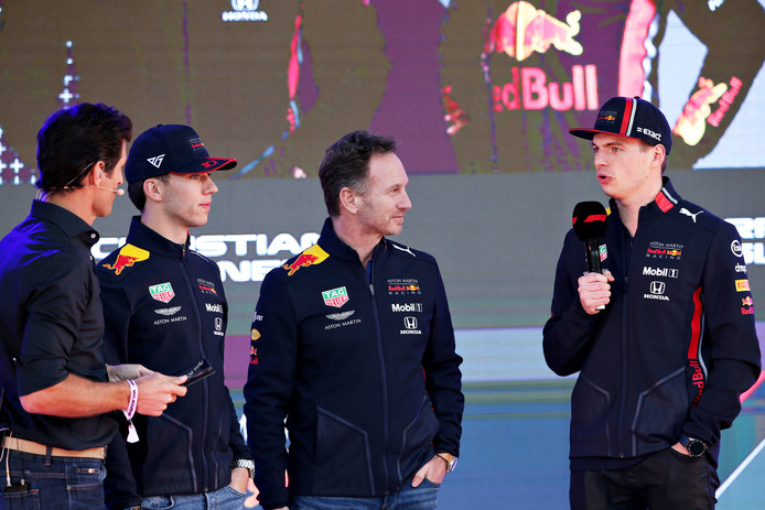 Pierre Gasly, teambaas Christian Horner en Max Verstappen tijdens de F1 launch.