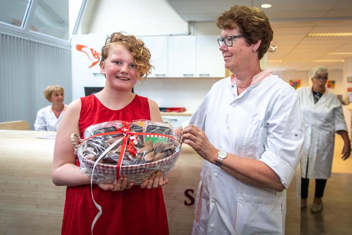 Pam Buijsrogge verraste medewerkers en patiënten van de bloedbank donderdag met een mand vol snoep en chocola.
