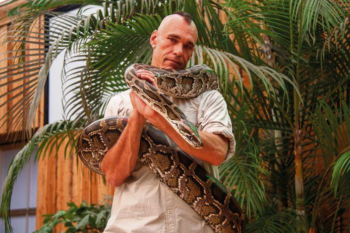 In de reptielenshow bij de Orchideeën Hoeve maakt het publiek onder andere kennis met een vier meter lange tijgerpython.