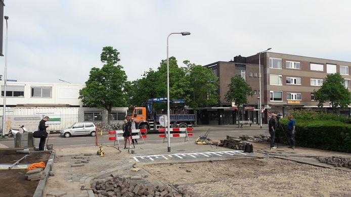 Een lantaarnpaal die de weg verspert, trekt veel bekijks in de Nijmeegse Klaverstraat.