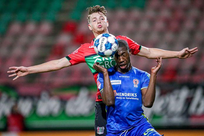 Syb van Ottele zit in NEC-shirt TOP Oss-speler Kyvon Leidsman op de huid.
