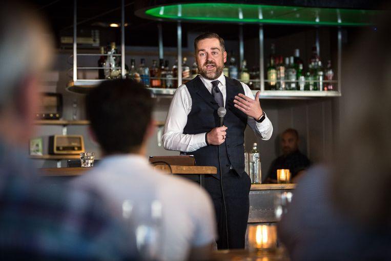 Klaas Dijkhoff tijdens zijn 'stand-up politics' in het Veldhovens café. Beeld Maikel Samuels