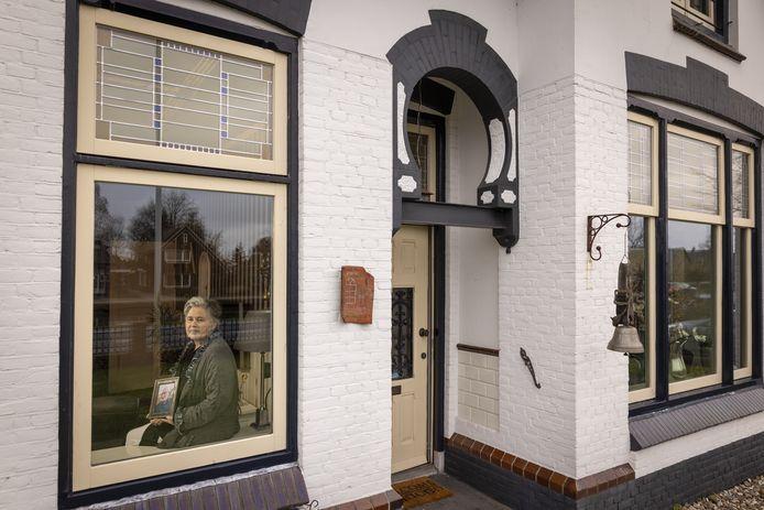 Roswitha Uitslag in de woning, waar ze niet kan wonen vanwege schimmel, met een foto van haar overleden echtgenoot Herman.