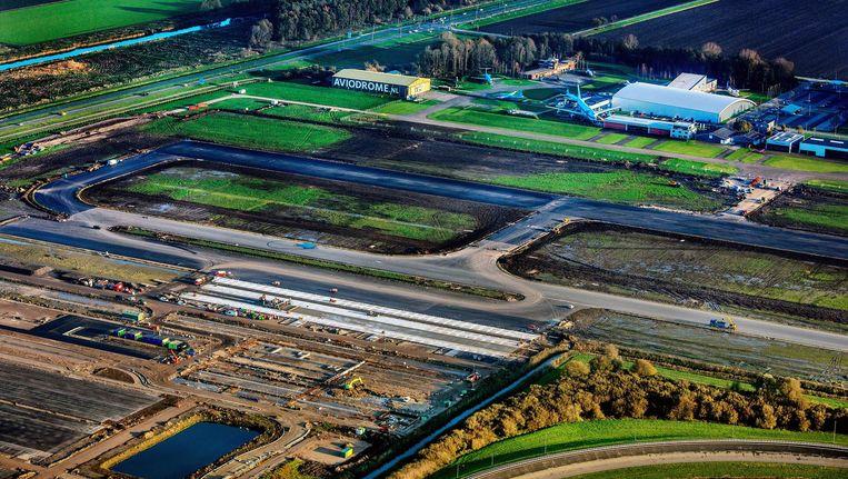 Werkzaamheden rond Lelystad Airport voor de uitbreiding van het vliegveld. Beeld Raymond Rutting / de Volkskrant