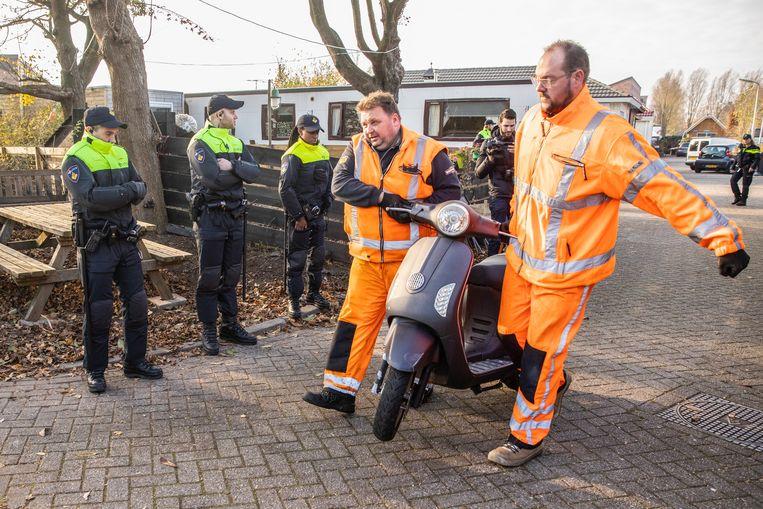 Een scooter van een lid van Caloh Wagoh wordt in beslag genomen tijdens een politie-inval bij de motorclub vorige week in Amersfoort.  Beeld Hollandse Hoogte / Caspar Huurde