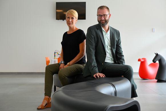 Sofie Van Cauwenberghe, de nieuwe ambtenaar Lokale Economie, naast schepen Dieter Mannaert.