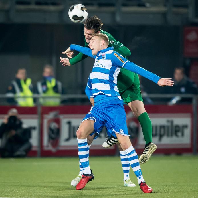 Etiënne Reijnen torent boven zijn directe tegenstander uit in een kopduel.