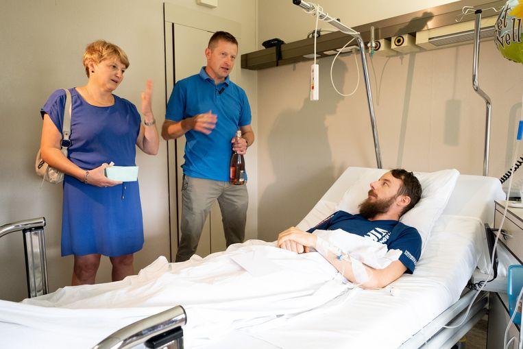 Niels Van Espen, die een hersenbloeding kreeg tijdens het lopen, bedankt zijn redders Anja Van Woensel en Guy Verstrepen van op zijn ziekenhuisbed.