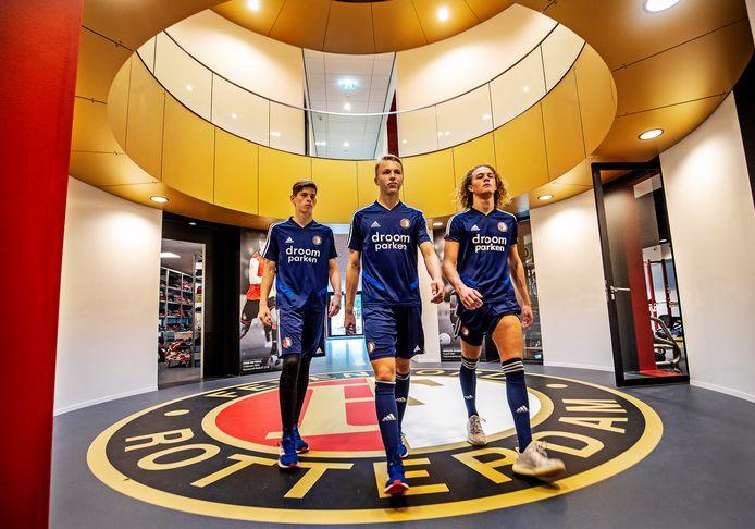 Drie jeugdspelers in de centrale hal van de gloednieuwe Feyenoord Academy.
