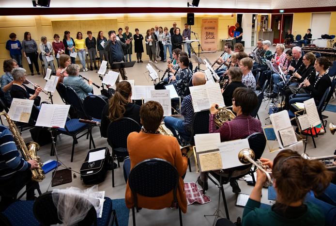 Repetitie van de  theatershow die harmonie Musis Sacrum in Bakel gaat verzorgen.