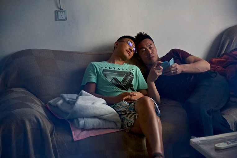 Anwei en Yebin op de bank in hun huis. Beeld Feng Zhonghao