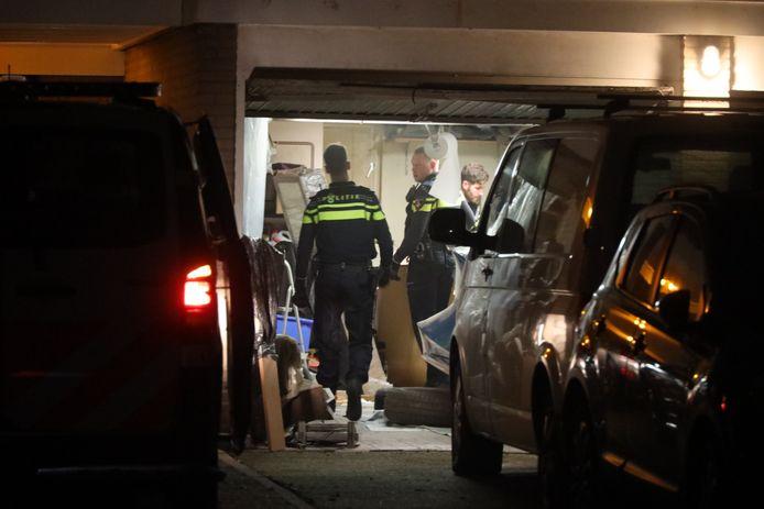 Spullen in beslag genomen bij onderzoek in woning in Kaatsheuvel. Een bewoner werd aangehouden.