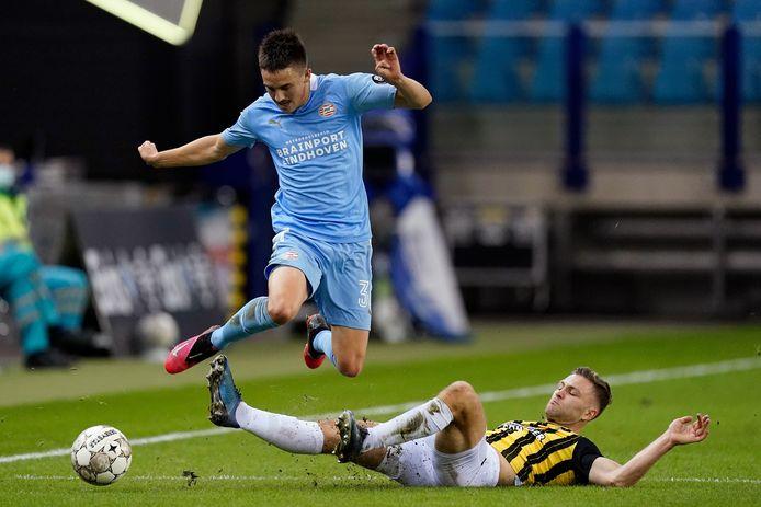 Sondre Tronstad (rechts) glijdt Ryan Thomas van PSV van de bal.