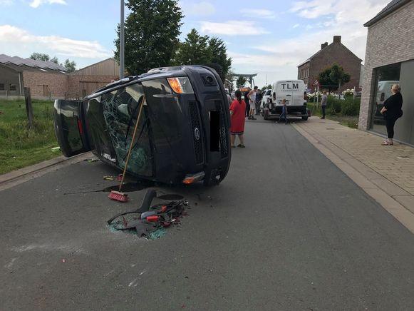 De IJzerstraat in Stavele was versperd door een ongeval. Een Ford Focus ging over de kop en kwam tot stilstand op de zijde.