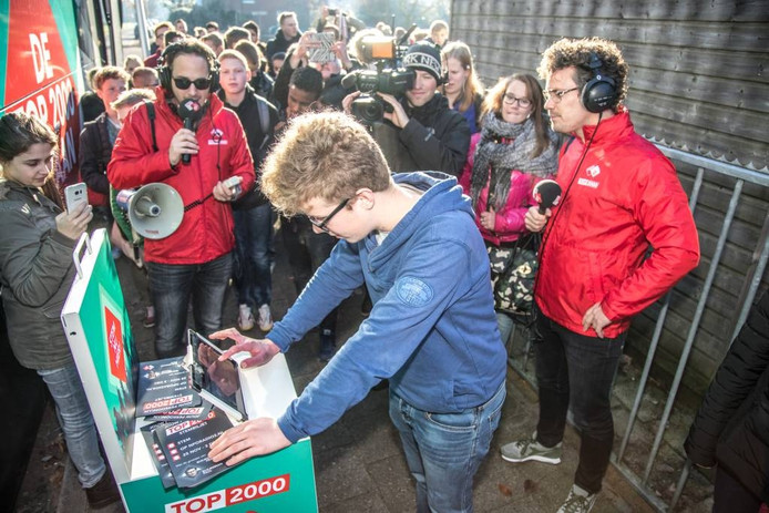 Onder toeziend oog van schoolgenoten en Radio 2-dj's brengt Douwe Smits zijn stem uit. Foto Frans Paalman