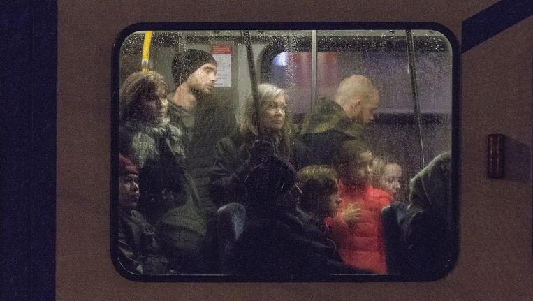Trams zitten vaak barstensvol, onder meer door een groeiend aantal toeristen, die met de Amsterdam Travel Card onbeperkt kunnen reizen in de stad. Beeld Rink Hof