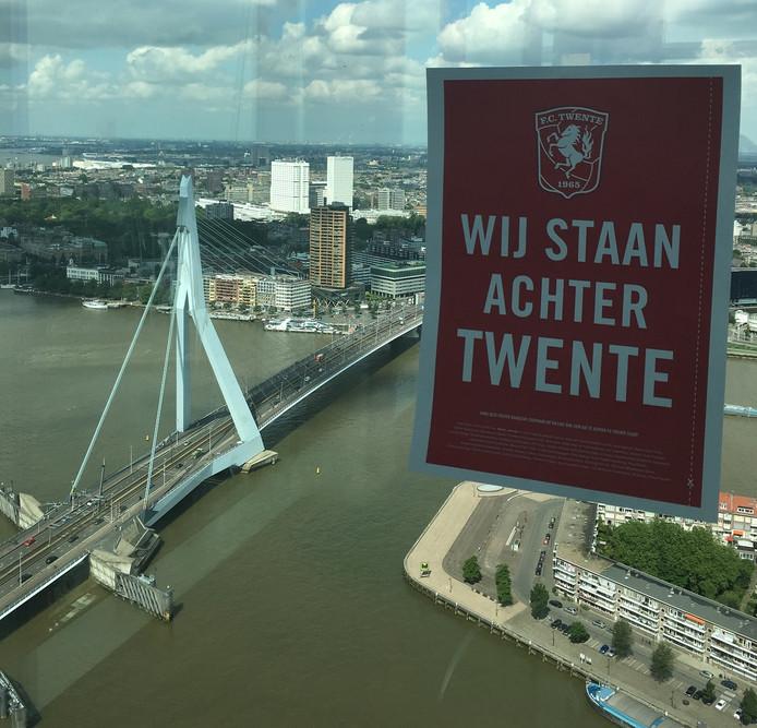 Steun voor FC Twente vanuit het hoogste kantoorgebouw van Nederland, in Rotterdam.