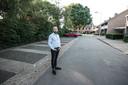 Roy Heijveld bij het parkeerterrein tegenover zijn woning. ,,Driekwart staat altijd leeg. De perfecte plek voor een paal.''