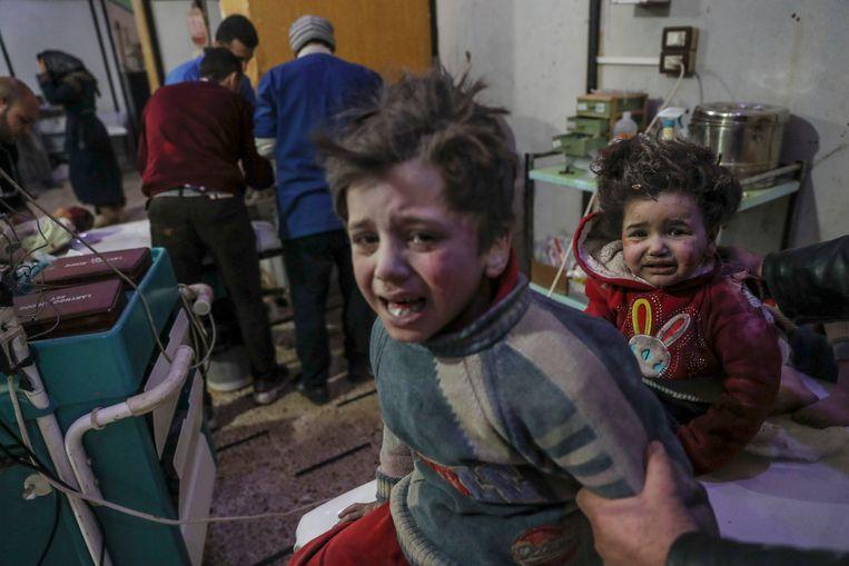 Gewonde en radeloze kinderen in een ziekenhuis in Oost-Ghouta.