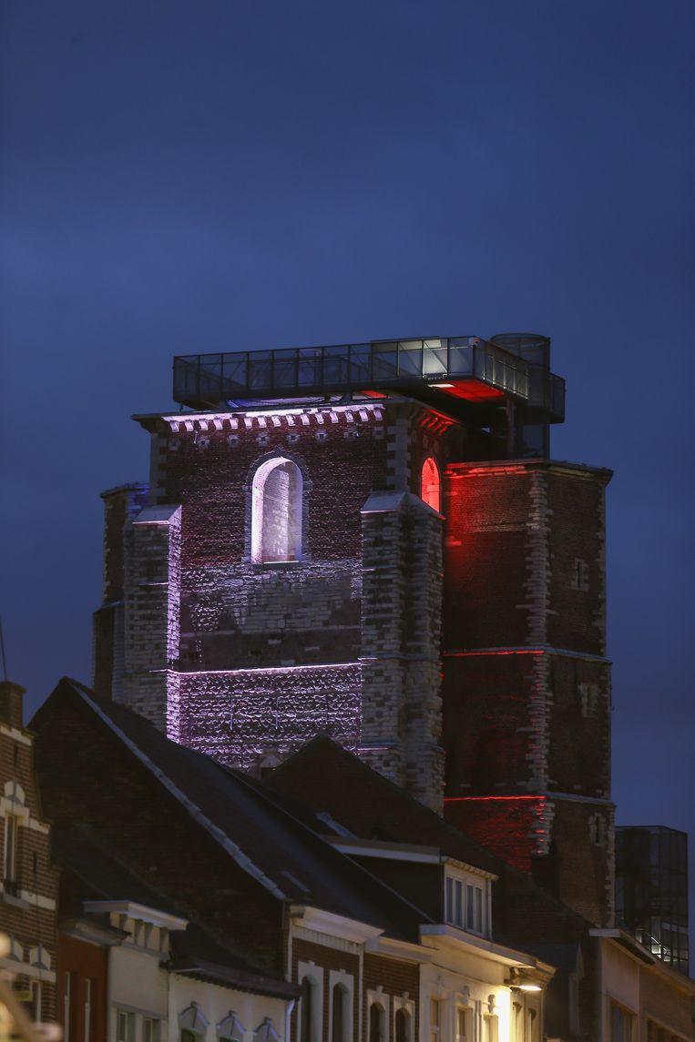 De abdijtoren in de kleuren van de Franse vlag.