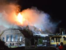 Grote stalbrand slaat over naar rietgedekte boerderij in Kamperzeedijk: 'Niet meer te redden'