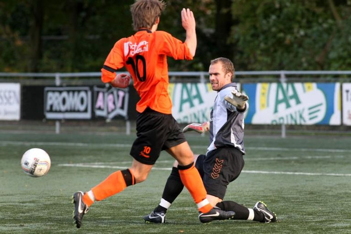 RKHVV-VOORWAARTS 2-0. De uitblinkende RKHVV-keeper Raymond van Driel houdt Peter Brinkman van een doelpunt af. foto Fons Sluiter
