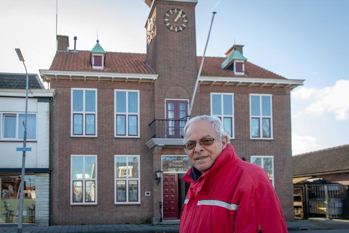 Het oude gemeentehuis in Krabbendijke staat te koop. Eigenaar Jan Weststrate woonde er zelf van 1988 tot 2014.