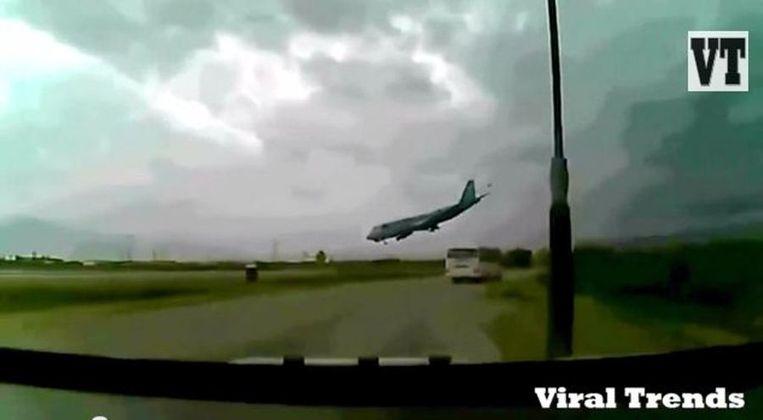Het vrachtvliegtuig vlak voor de crash.