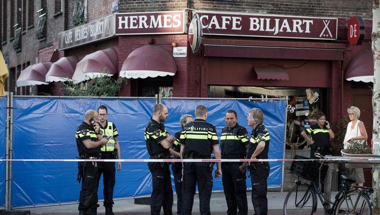 De schutter opende het vuur op mannen in koffiezaak Today, tegenover Café Hermes in de Dusartstraat. Beeld Maarten Brante