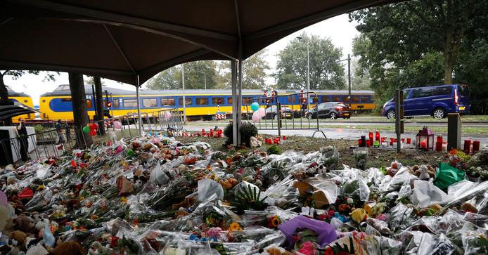 Bij de spoorwegovergang aan de Braakstraat in Oss, waar de vier kinderen omkwamen bij het dramatische ongeval, ligt een bloemenzee.