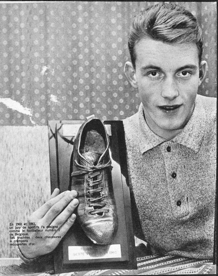 De 17-jarige Paul Van Himst met zijn eerste Gouden Schoen.