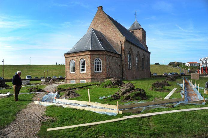 Werk in de tuin van de Catharinakerk in Zoutelande